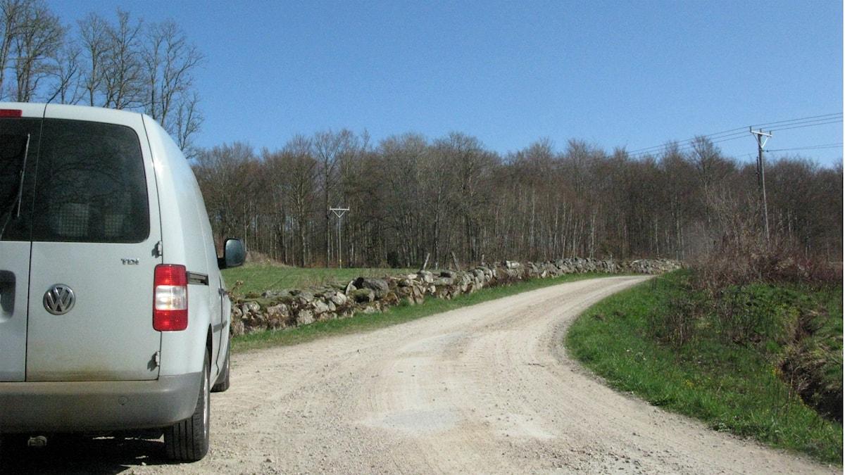Skåpbil på grusväg ute på landet