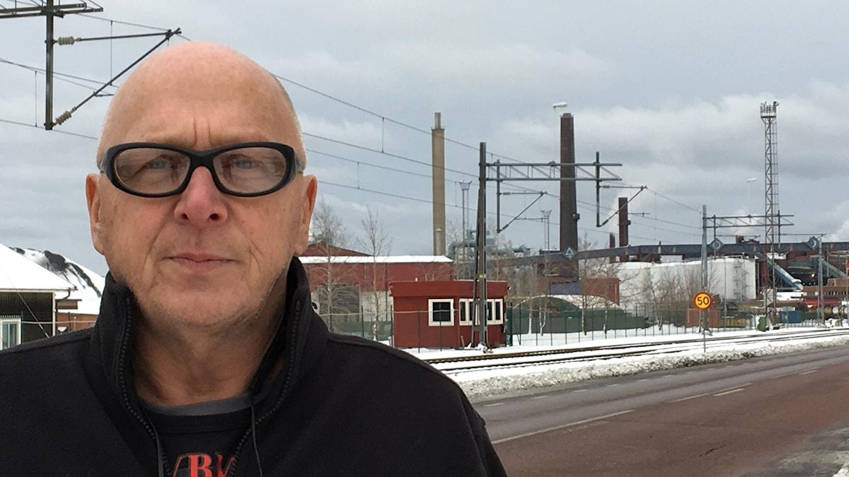 Sture Eriksson framför Rönnskärsverken i Skellefteå