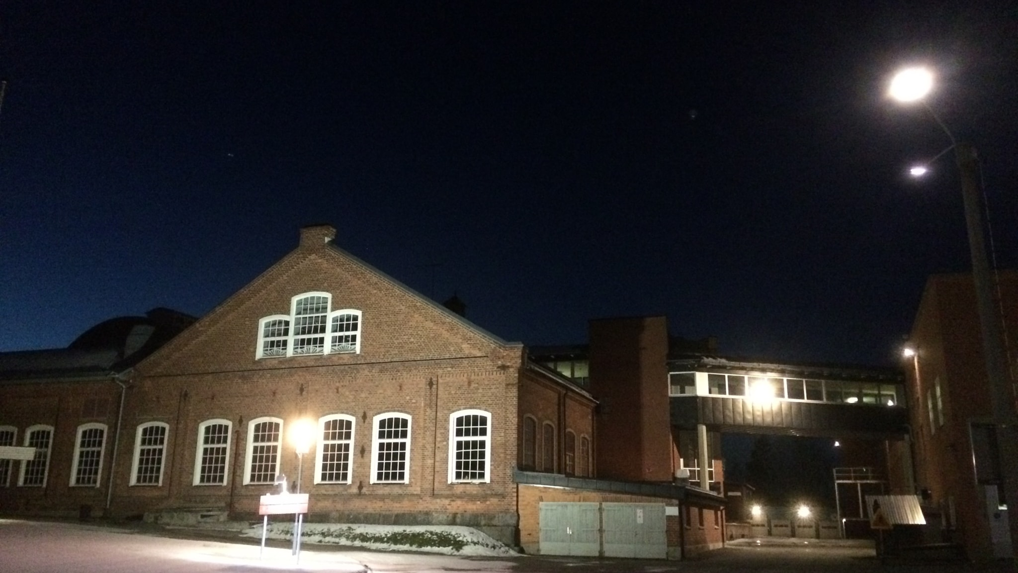 En stor gammal tegelbyggnad i kvällsljus