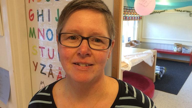 Eva Hansson på försklan i Bygdeå med lekaker och färgglada bokstäver i bakgrunden