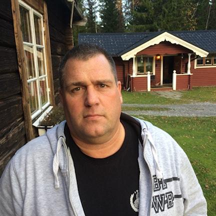 Thomas Persson utanför sitt röda hur i Ljustorp