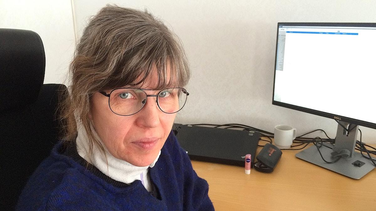 Närbild kvinna på kontor