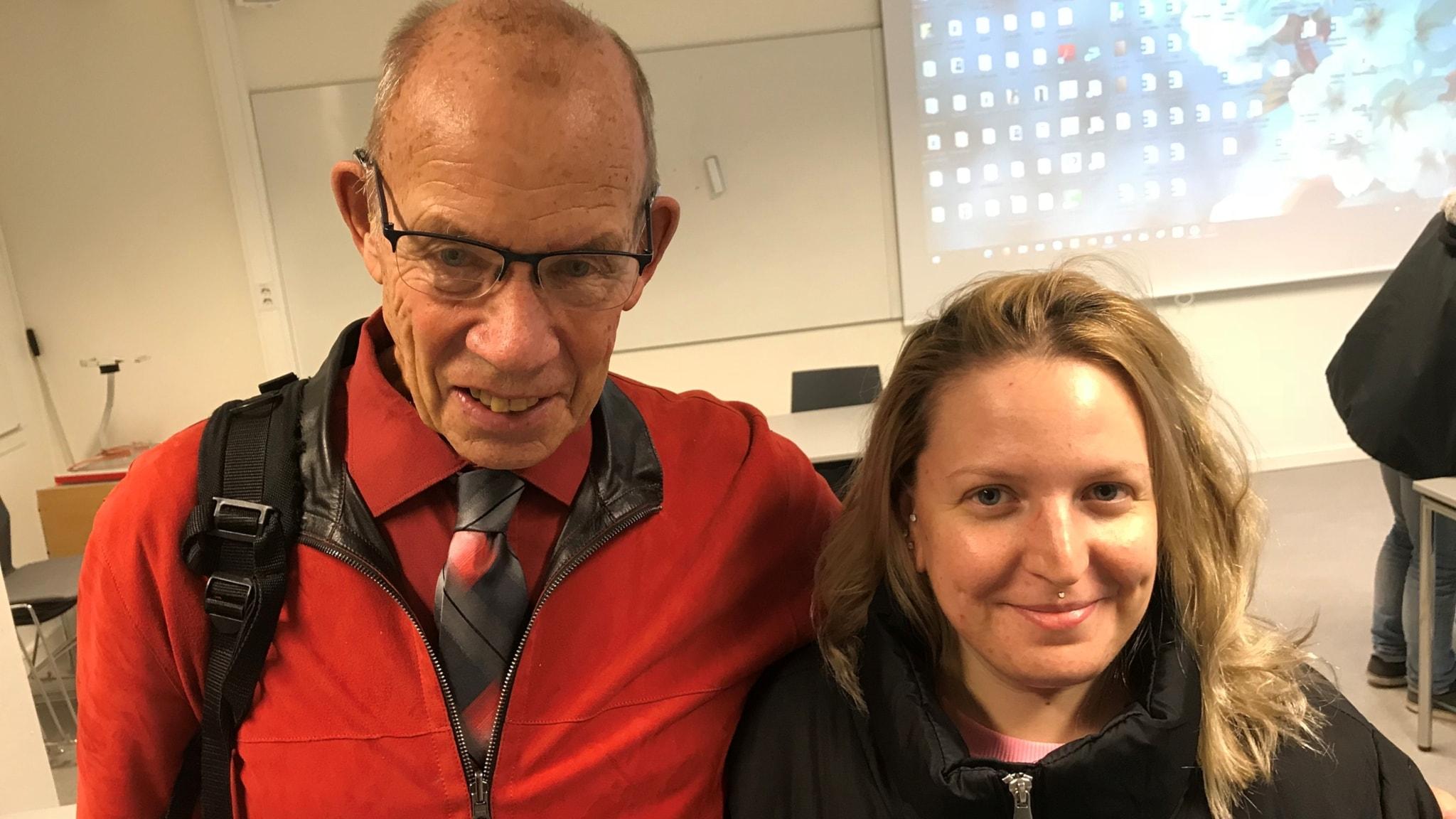 Bengt Lagerkvist, 82 år står tillsamman med sin betydligt yngre studiekamrat Malin Sundström i en föreläsningssal på Umeå Universitet.