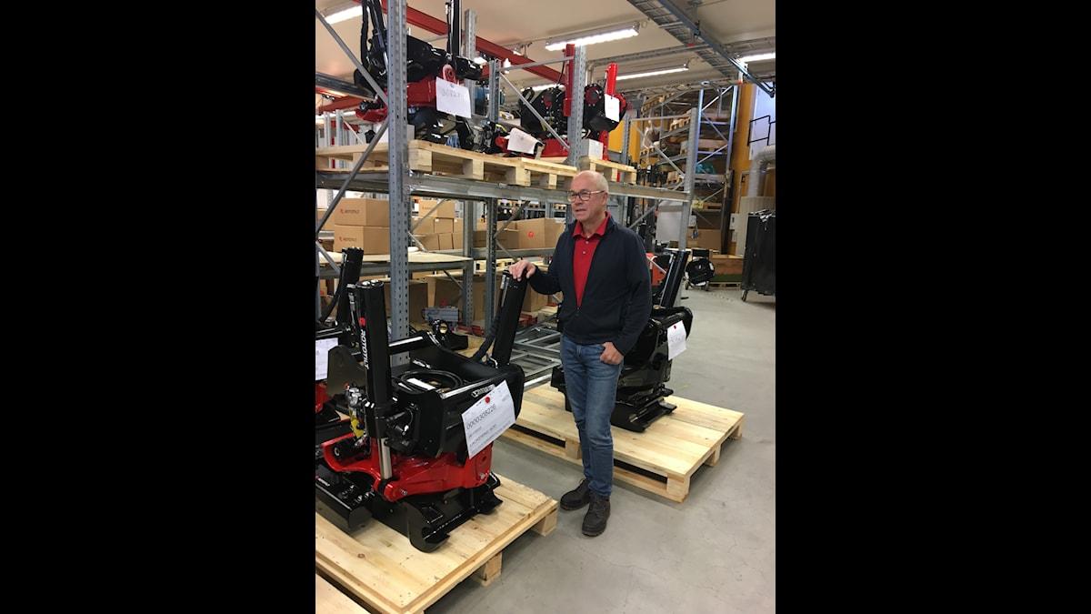 Anders Jonsson VD för Rototilt står framför en lagerhylla med företagets produkter.