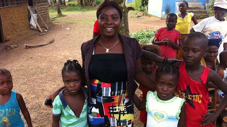 """Sangé Kanneh tog hand om två sjuka barn. """"Jag tyckte synd om dem"""" säger hon. Hon fick råd om hur hon skulle klä sig för att skydda sig själv."""