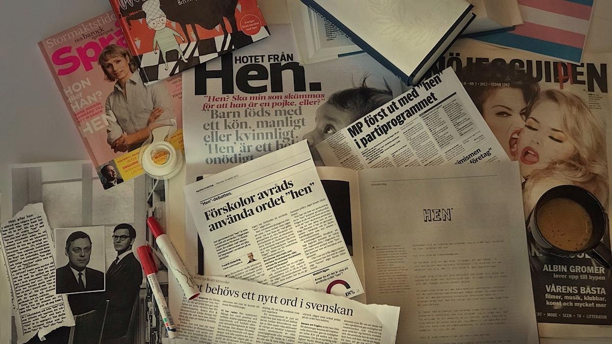 Bilden föreställer olika tidningsklipp och böcker som behandlar begreppet hen