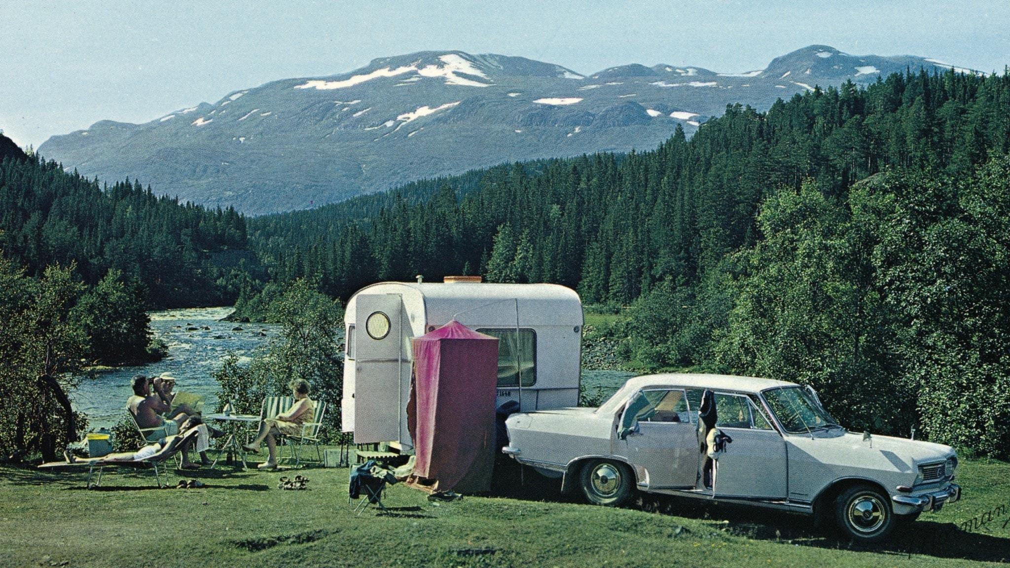 Bilden visar en husvagn vid ett fjäll.