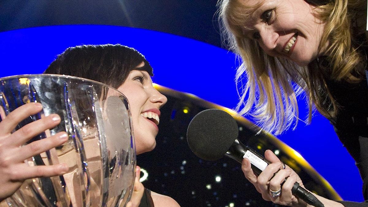 En sjukt glad Charlotte Kalla tar emot Radiosportens Jerringpris 2009. Foto Micke Grönberg /SR