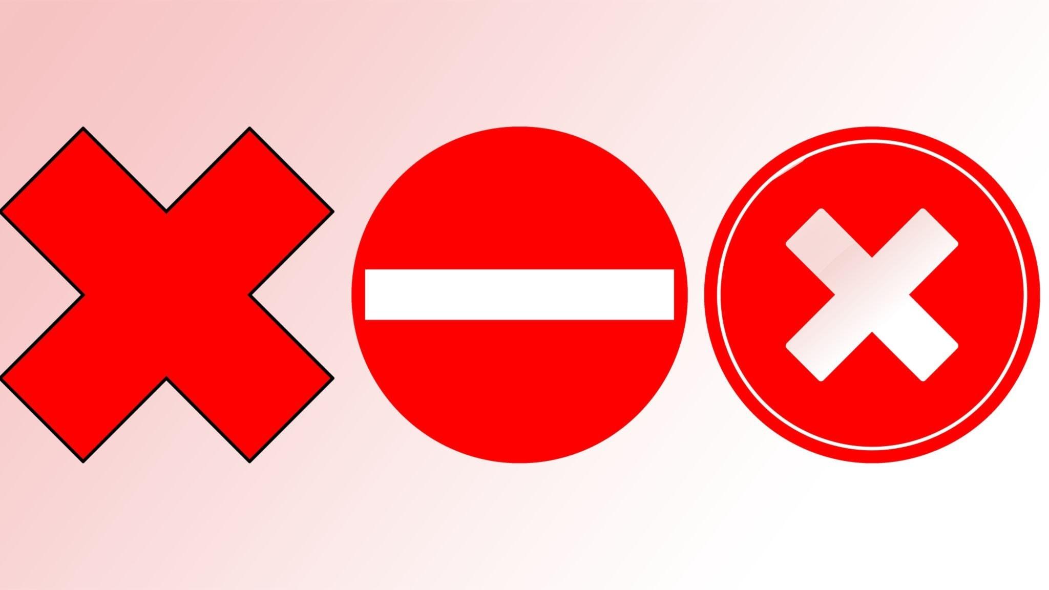 Tre stoppskyltar på rad.