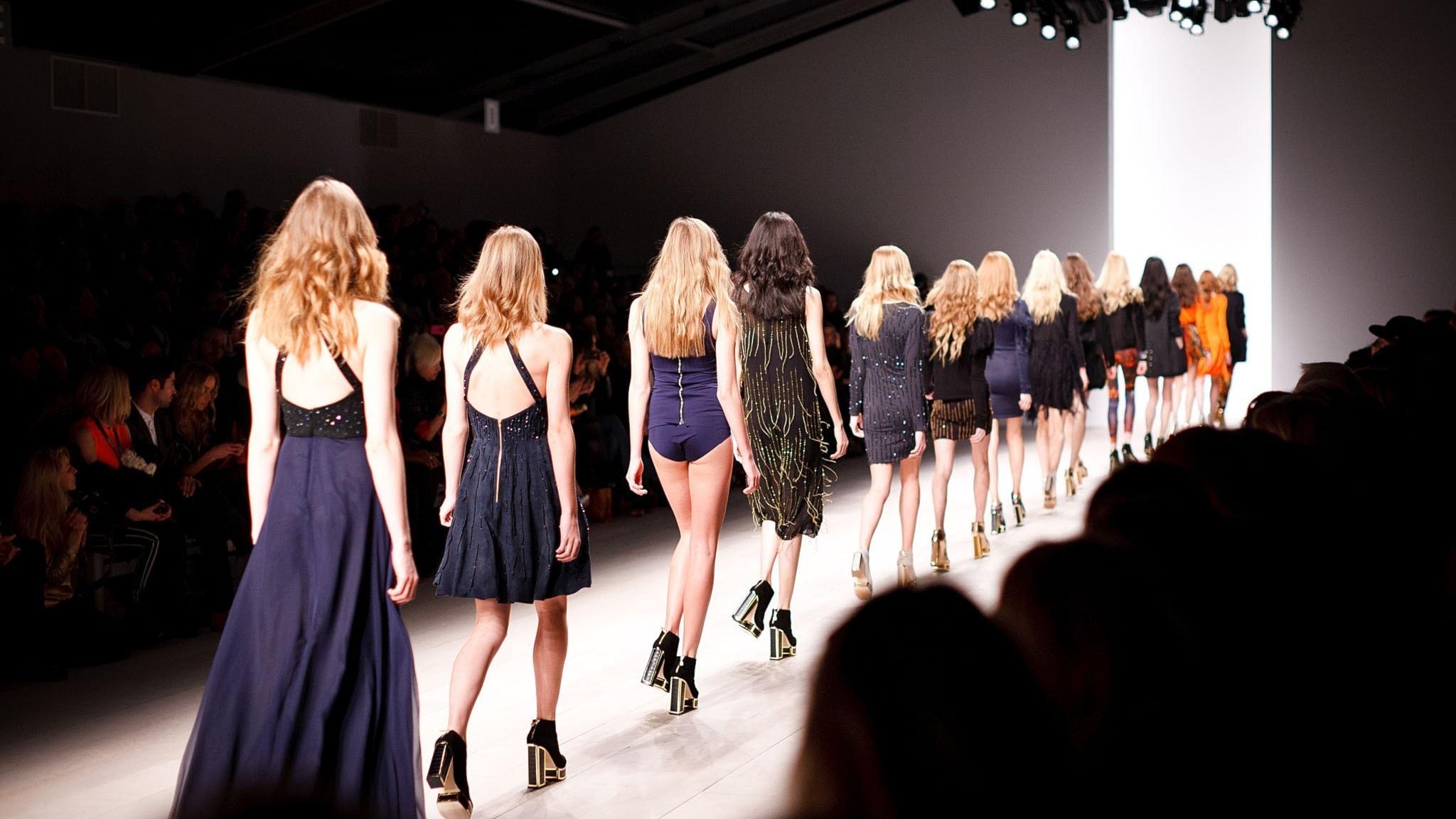 Modeller på catwalk sedda bakifrån.
