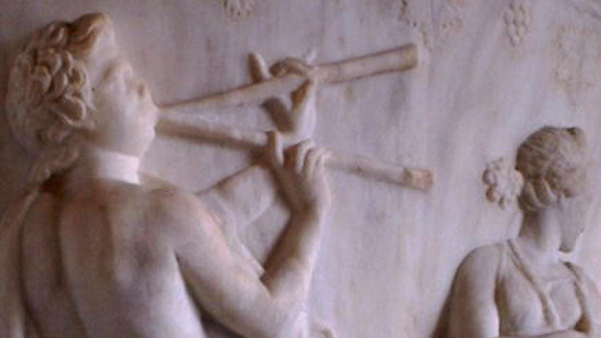 Spel på flöjtinstrumentet aulos. Motiv från en vas hos den romerska adelssläkten Borghese. Foto: Wikimedia commons.