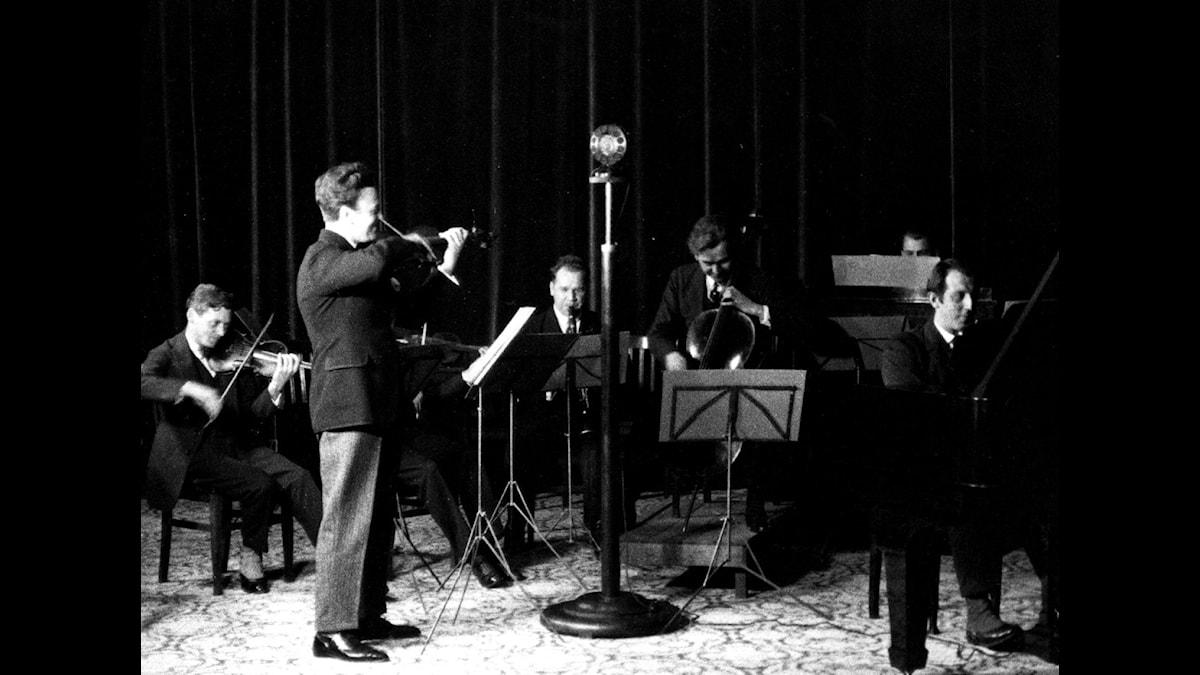Radiotjänsts första ensemble under ledning av Charles Barkel 1925