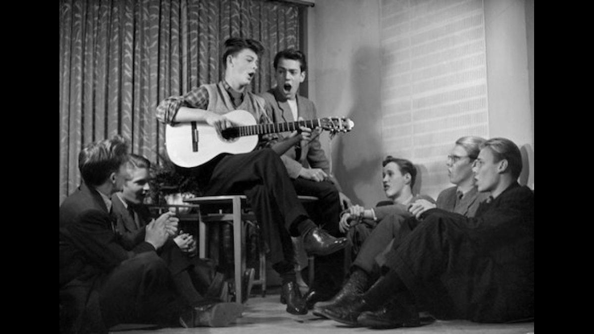 Sven-Bertil Taube sjunger med män 1949