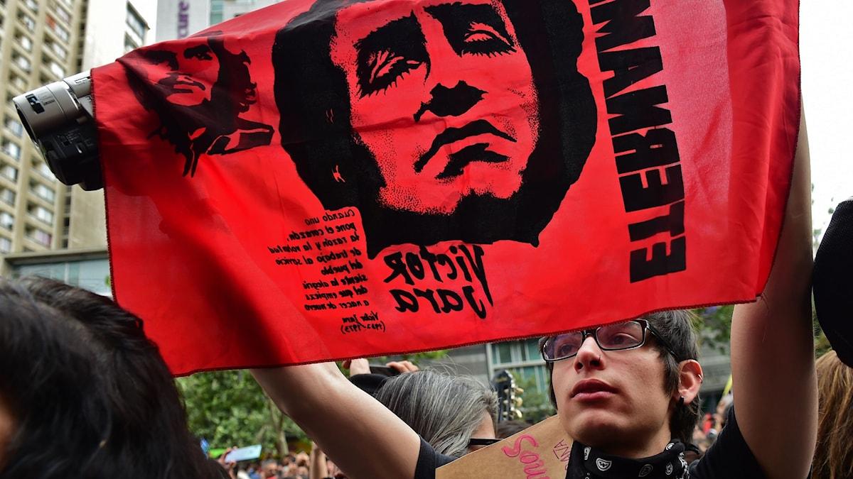 Bild: En flagga med Victor Jara under protester i Chile.