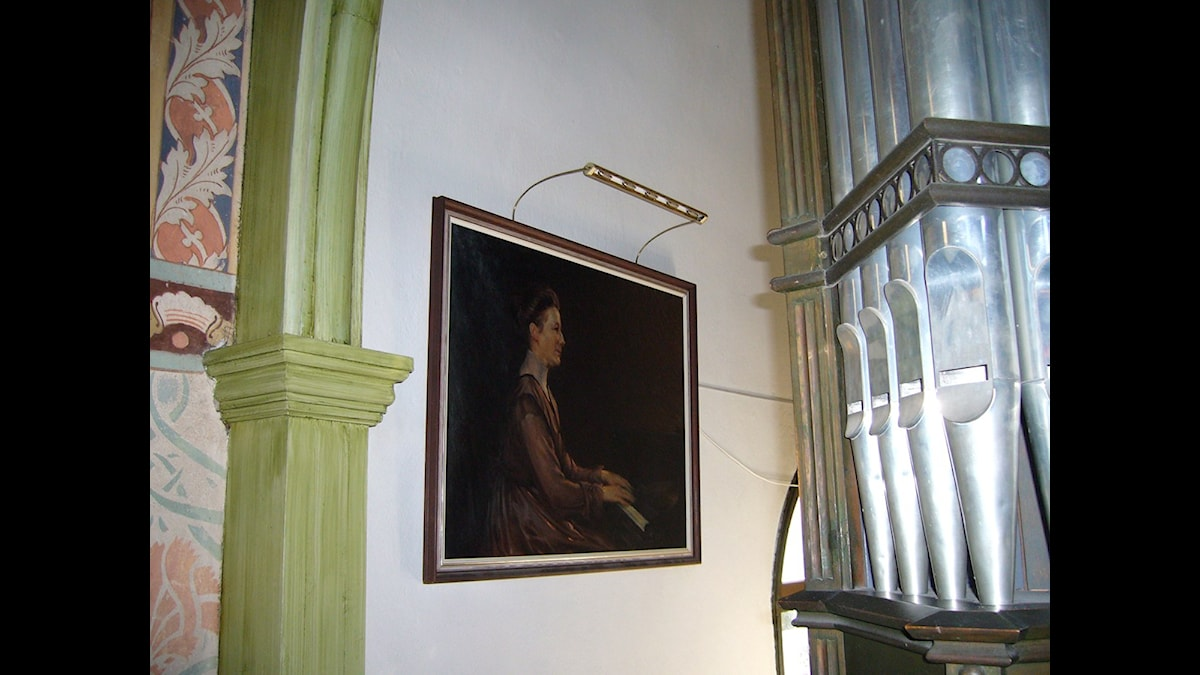 Idag hänger Natanael Beskows porträttmålning av Alice Tegnér vid orgeln i Djursholms kapell - Foto Christina Tobeck, SR