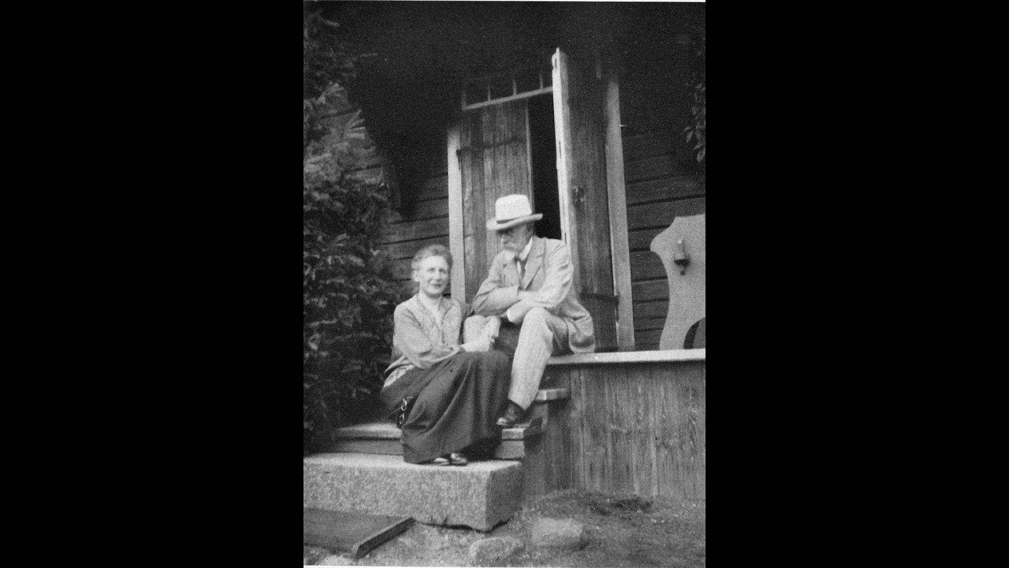 Alice och Jacob Tegnér vid sommarhuset Sola utanför Eksjö (Ur Stina Palmborgs bok Alice Tegnér, Natur&Kultur)