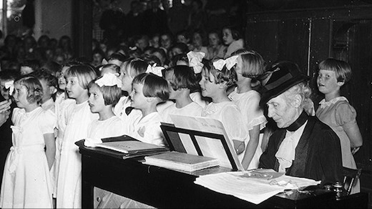 Alice Tegnér och barnkör på Sångens Dag 30 maj 1938 - Foto Reportagebild