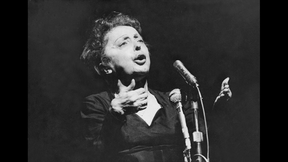 Edith Piaf på scen i Paris - Fotograf okänd, SVT-Bild