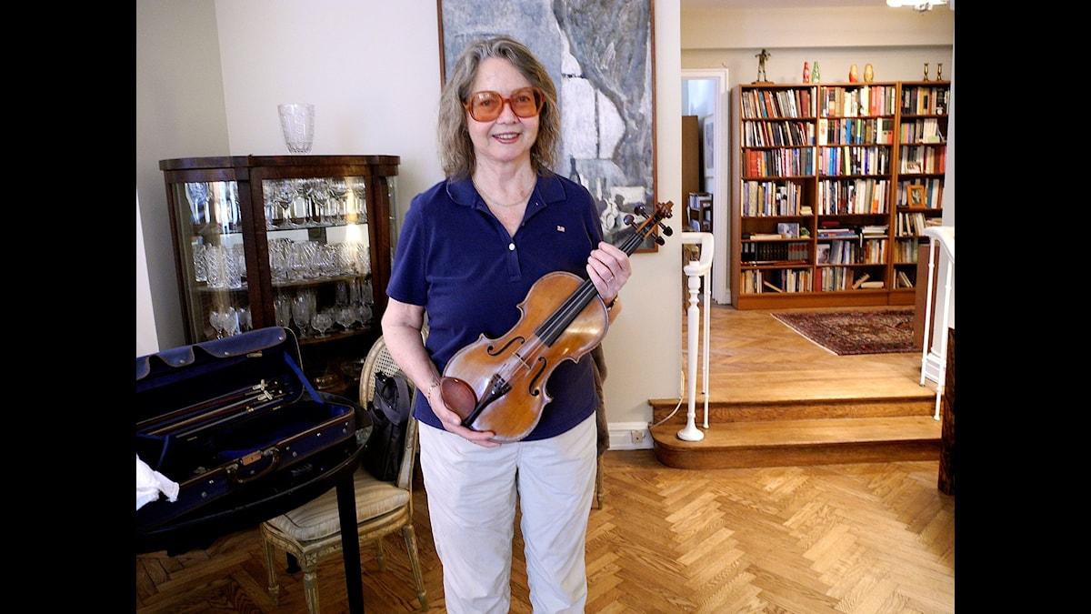 Tonsättaren och violinisten Ellen Taffee Zwilich med sin violin i sin våning på Manhattan - Foto Birgitta Tollan
