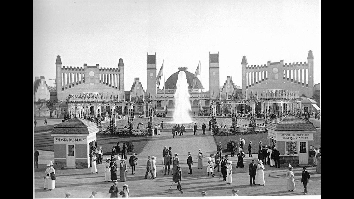 Den kupolförsedda kongresshallen invid den stora centralgården på Baltiska utställningen i Malmö 1914 - Foto Albert Wilhelm Rahm, Malmö museer