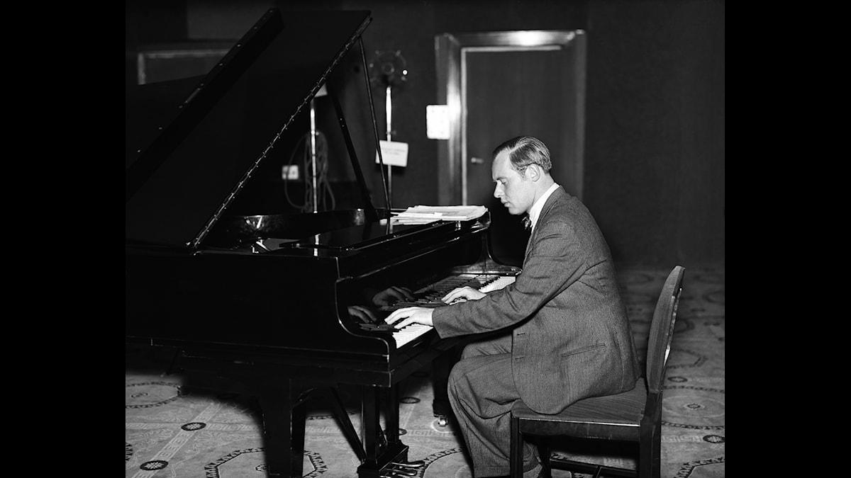Tonsättaren Gunnar de Frumerie (1908-1987) vid pianot år 1933, sannolikt i en SR-studio - Foto TT