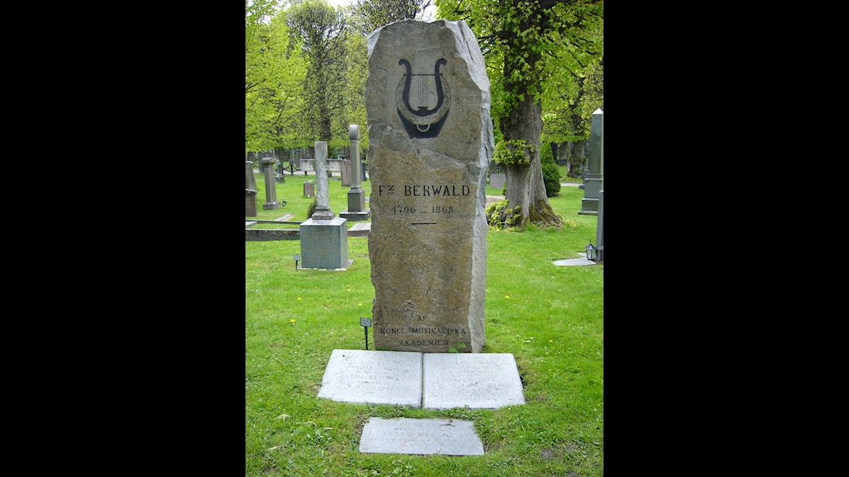 Franz Berwalds mäktiga gravsten på Norra kyrkogården i Solna - Foto Christina Tobeck, SR