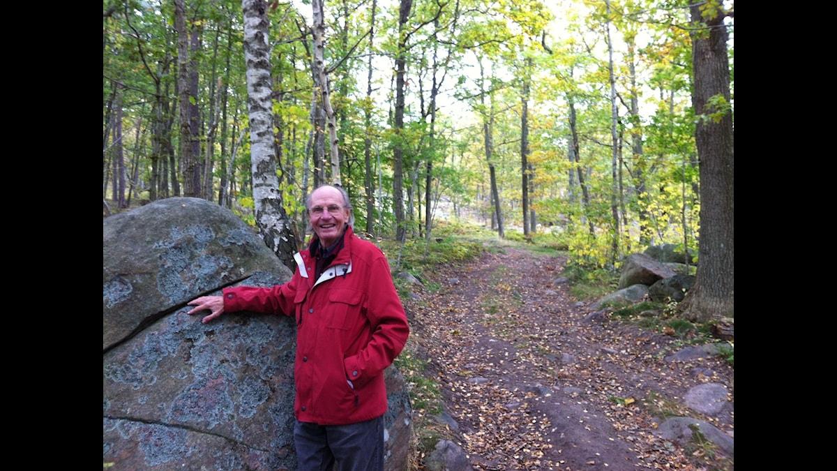 Alf Hambe vid ingången till Gröne Grevens stig. Foto: Ingela Hofsten.