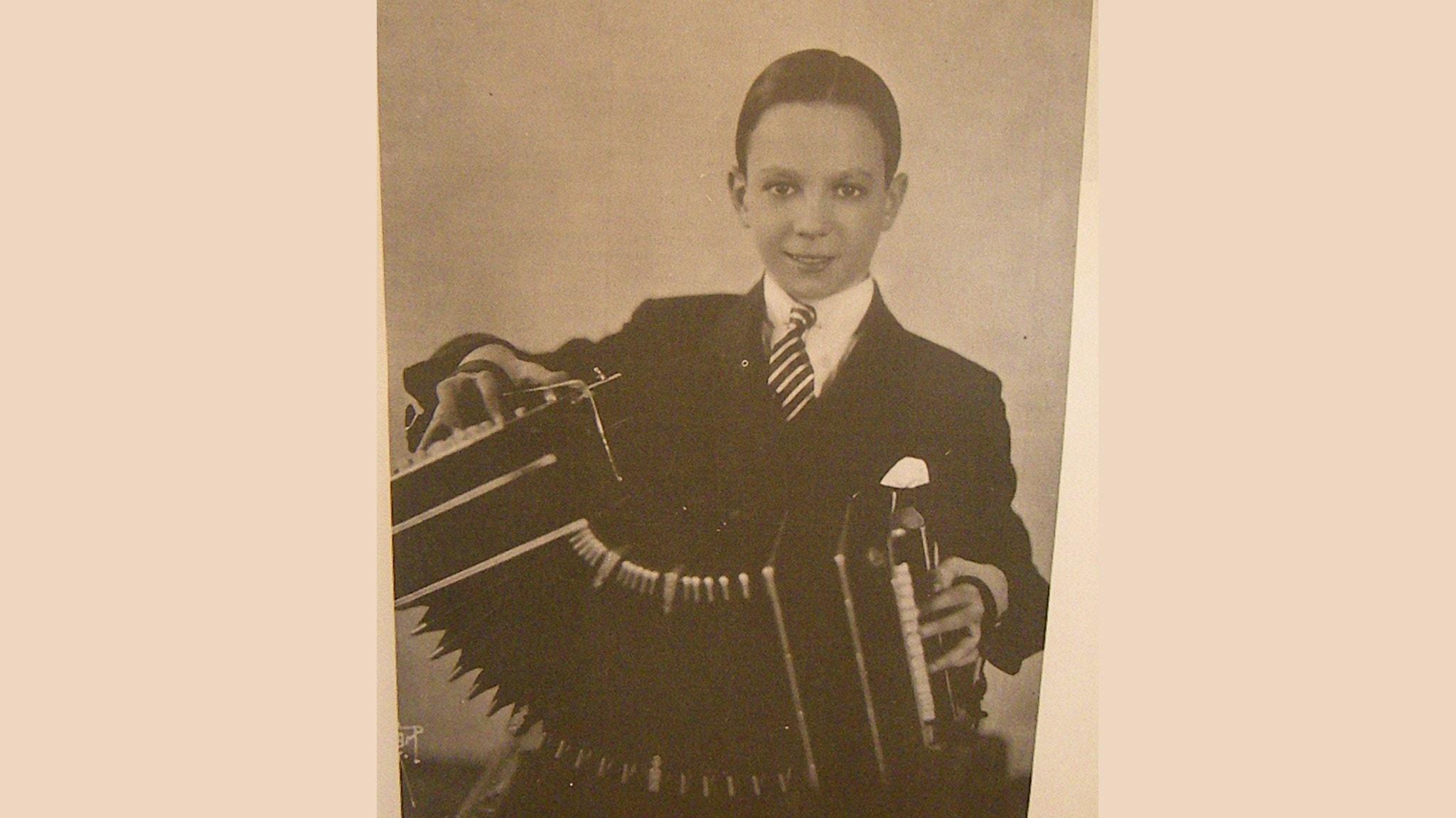 Astor Piazzolla 11 år, med sin första bandoneón. H. Ferrer, El libro del tango, 1970