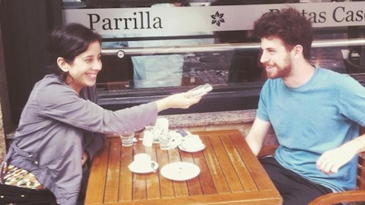 Radiojournalisten Irma Norrman intervjuar tangomusikern Diego Maniowicz i Buenos Aires. Foto Irma Norrman