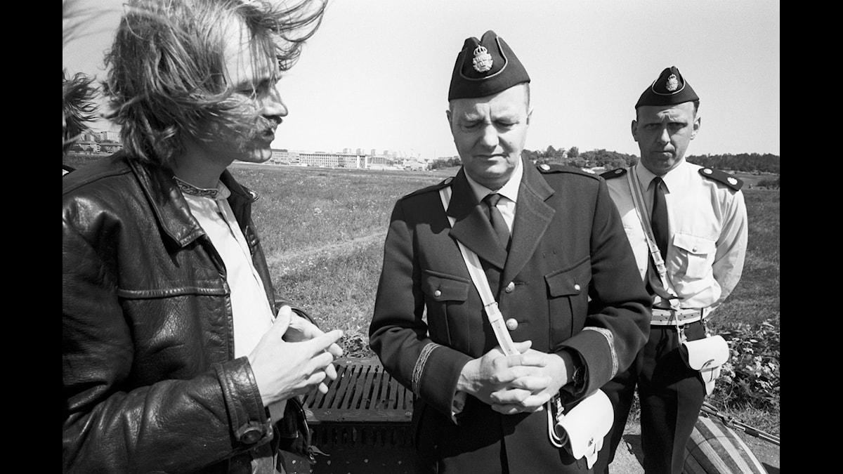 Bo Anders Persson före Gärdesfesten 1970. Poliserna meddelar att festen inte får hållas.