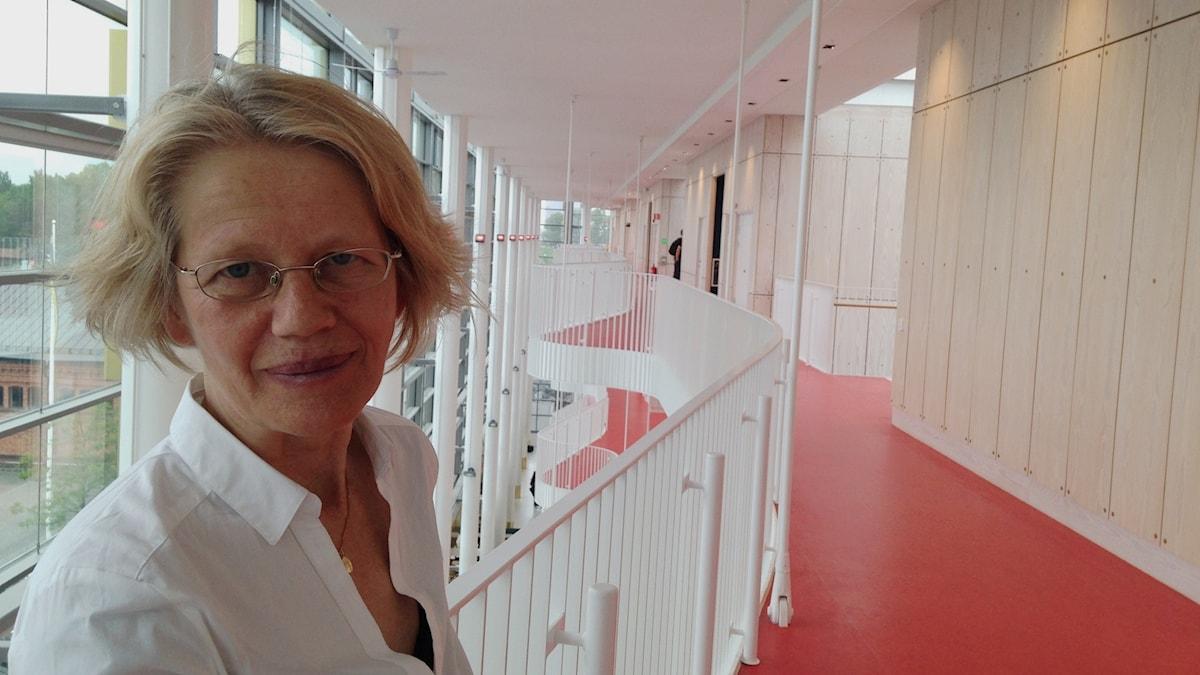 Kim Hedås på en av balkongerna inne i Kungliga musikhögskolan. Foto: Helena Lopac.
