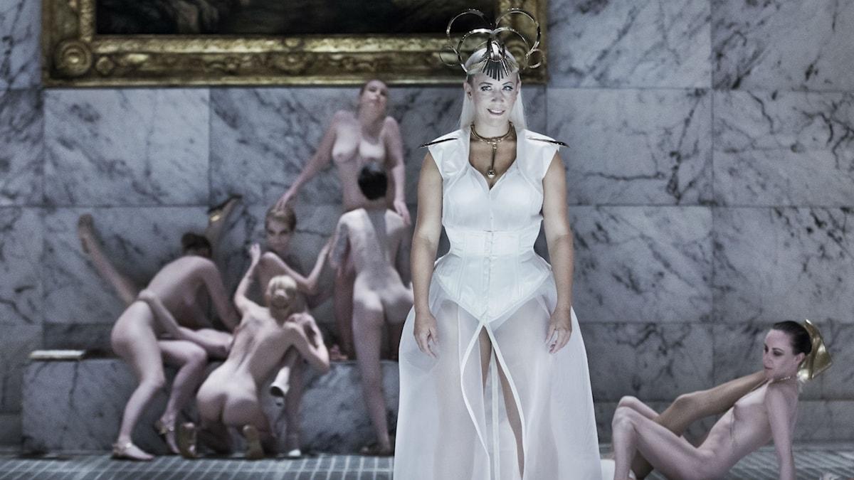 Julia Sporsén som Violetta i Folkoperans uppmärksammade uppsättning av La Traviata.