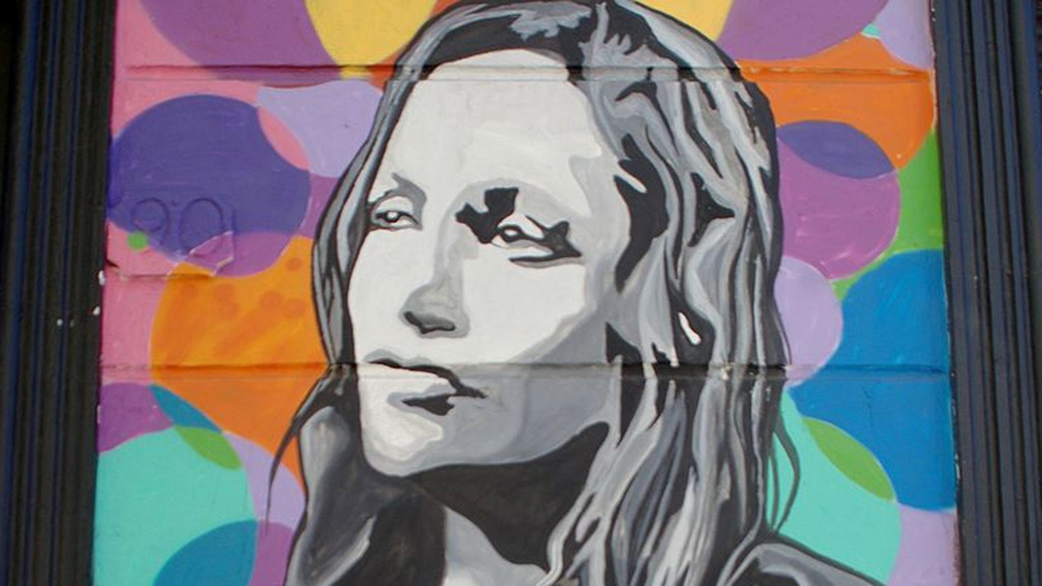Violeta Parra som graffiti någonstans i Chile. Foto: Rodrigo Fernández/Wikimedia commons.