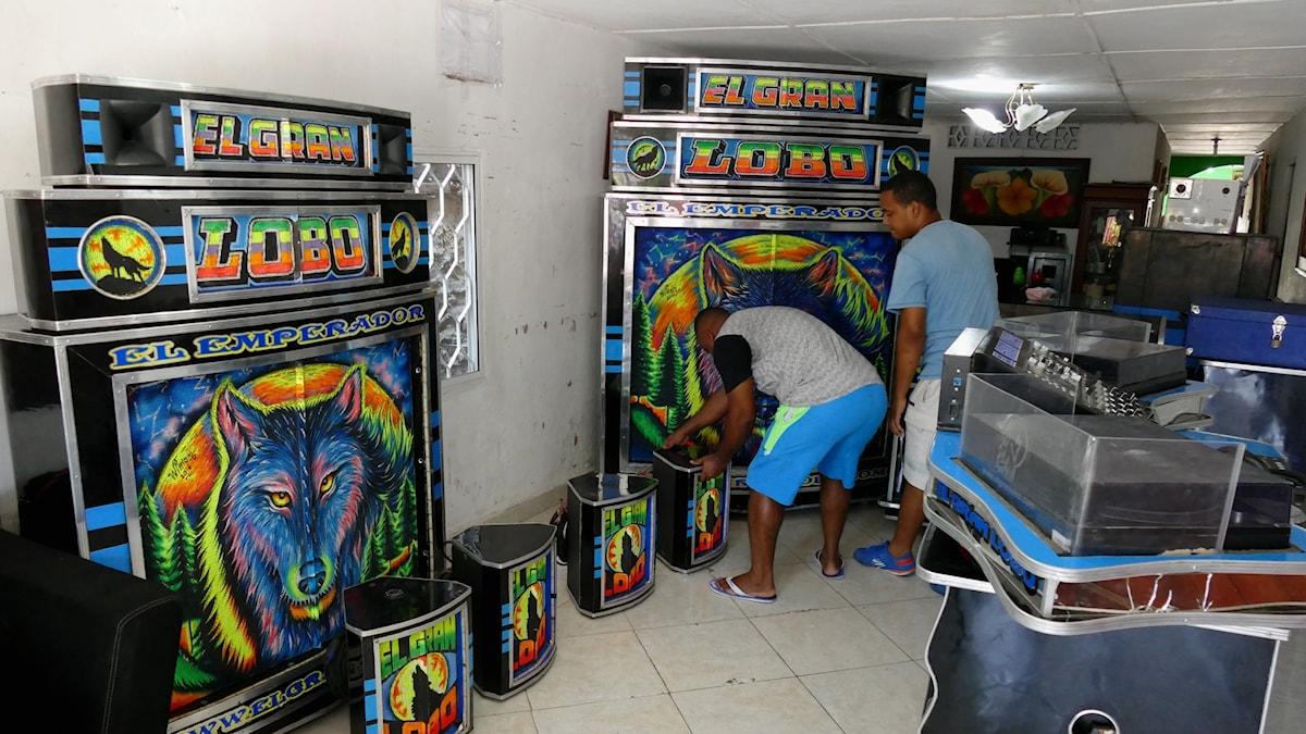 """DJ-gruppen El Gran Lobo och deras """"pico"""" - ljudsystem, i Barranquilla, Colombia. Foto: Lars Lovén."""