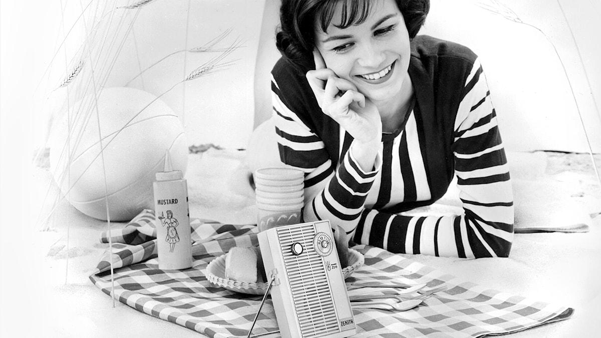 Kvinna som lyssnar på radio
