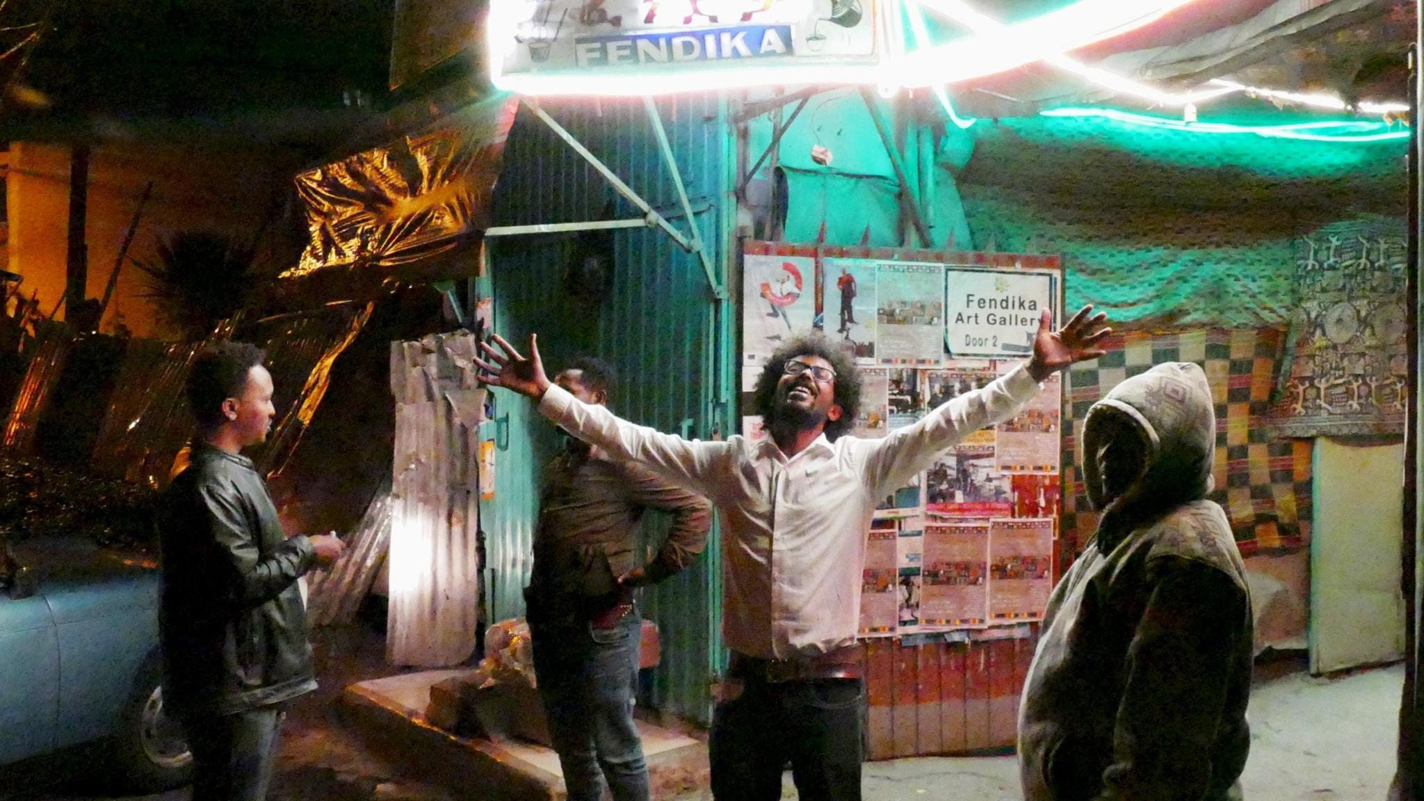 Melaku Belay utanför sin klubb Fendika i Etiopiens huvudstad Addis Abeba. Foto: Lars Lovén.