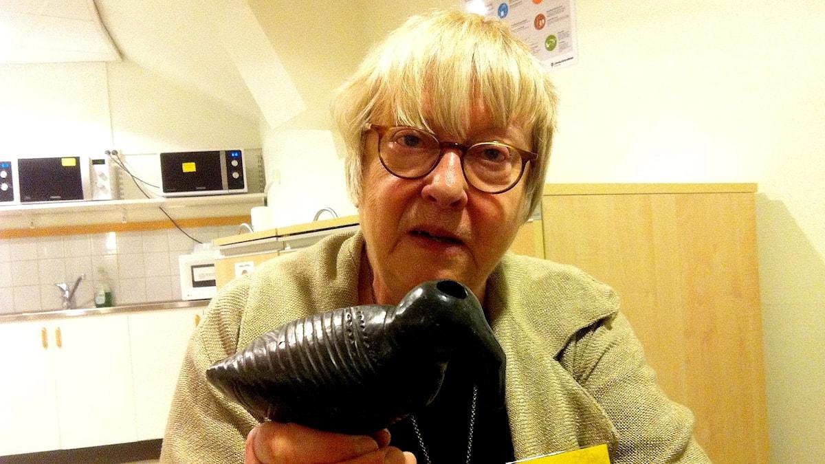Bild på musikarkeologen Cajsa Lund med fågel.