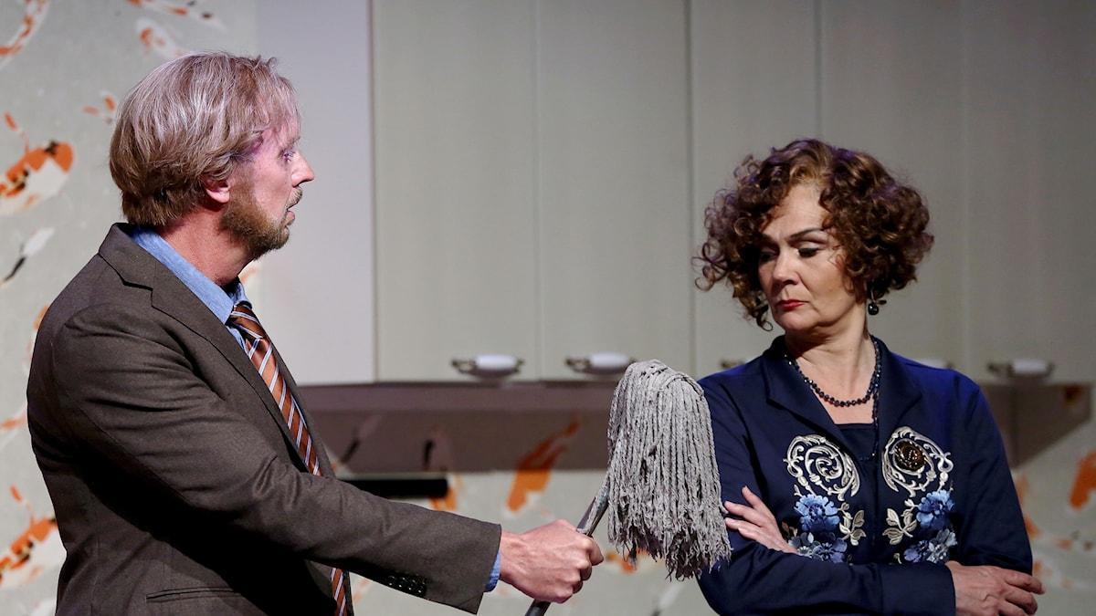 """Scen ur operan """"Kärlekskriget"""" med Lars Arvidson och Anna Larsson. Foto: Christian Berling."""