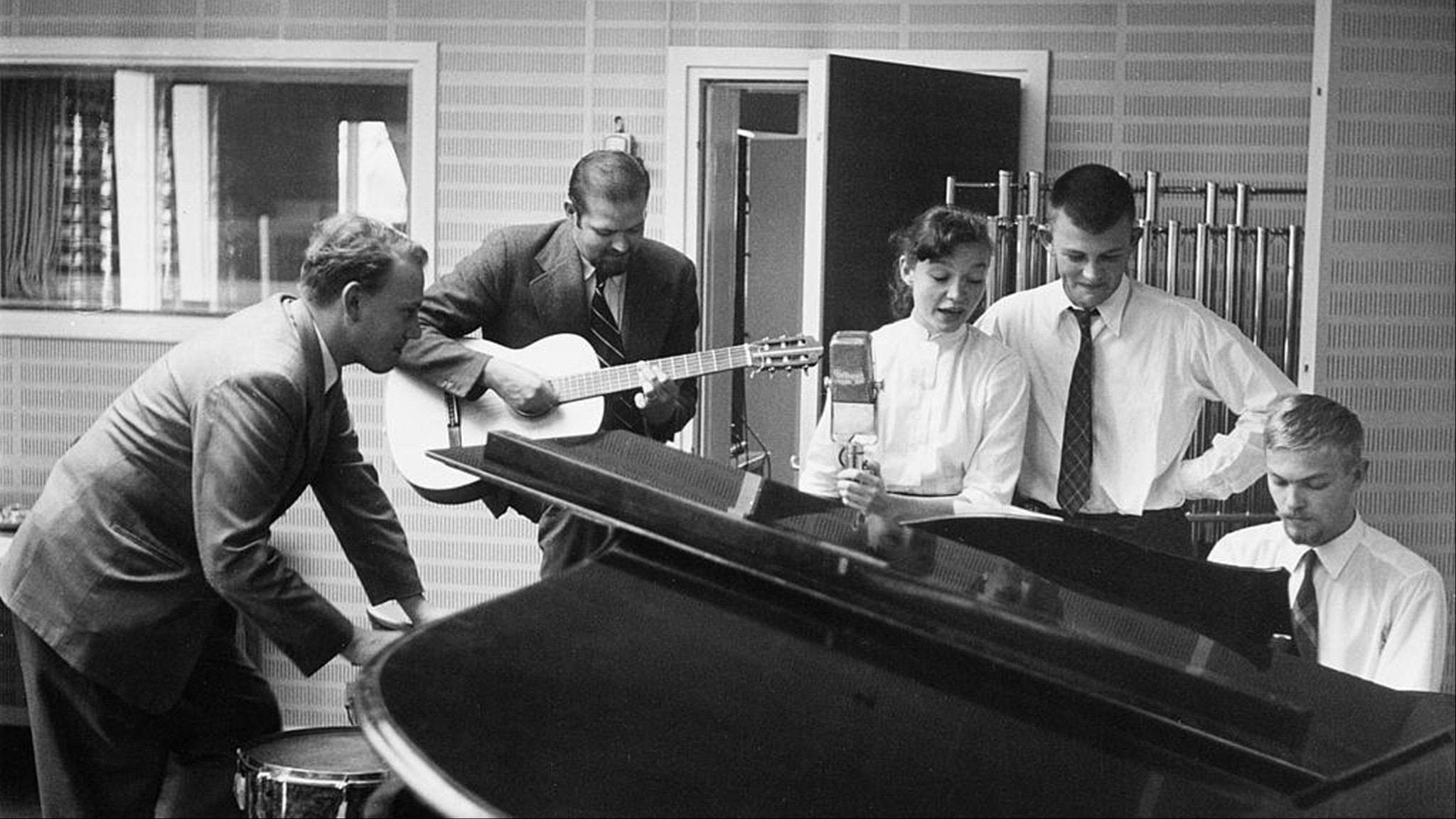 Kvällsstämning med Olle Adolphson vid pianot. Fr v Lars Forssell, Beppe Wolgers, Ulla Sjöblom och Sven-Bertil Taube. Foto: SVT Bild.