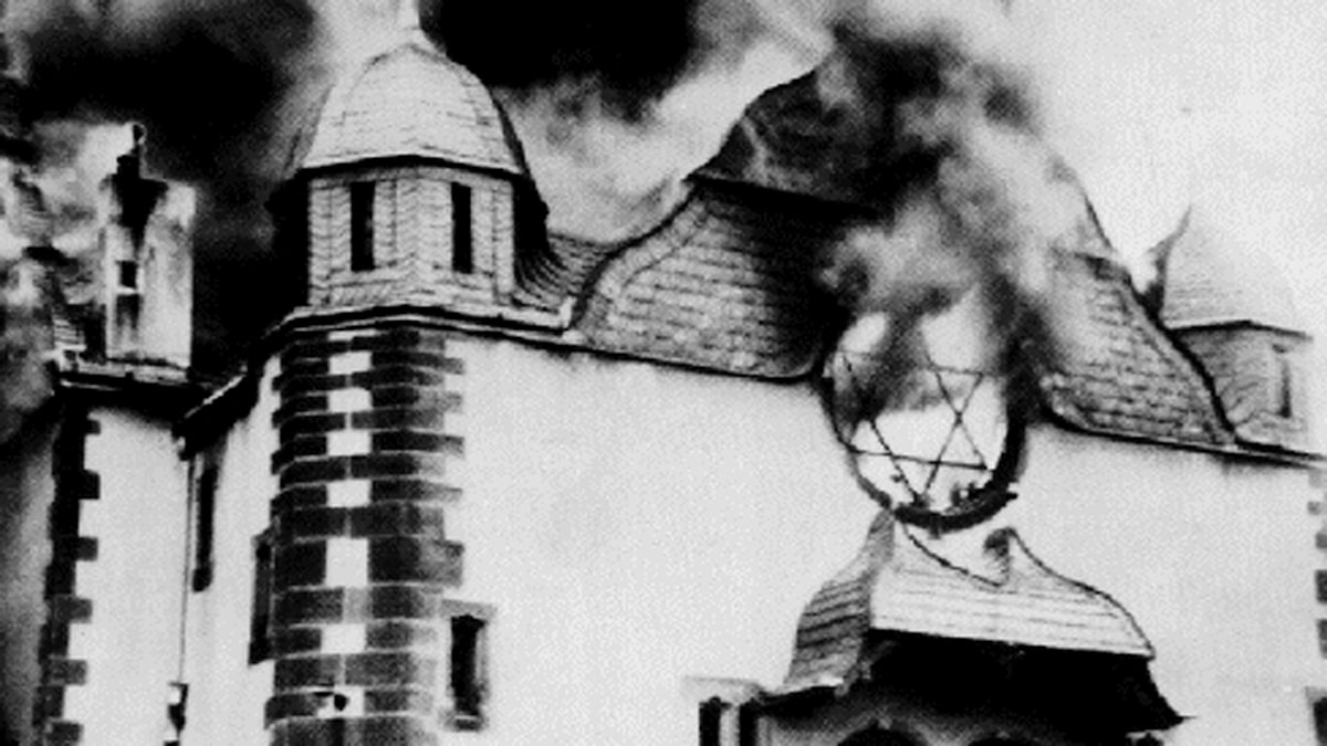 Brinnande synagoga under kristallnatten i Tyskland 1938. Foto: Wikimedia commons.