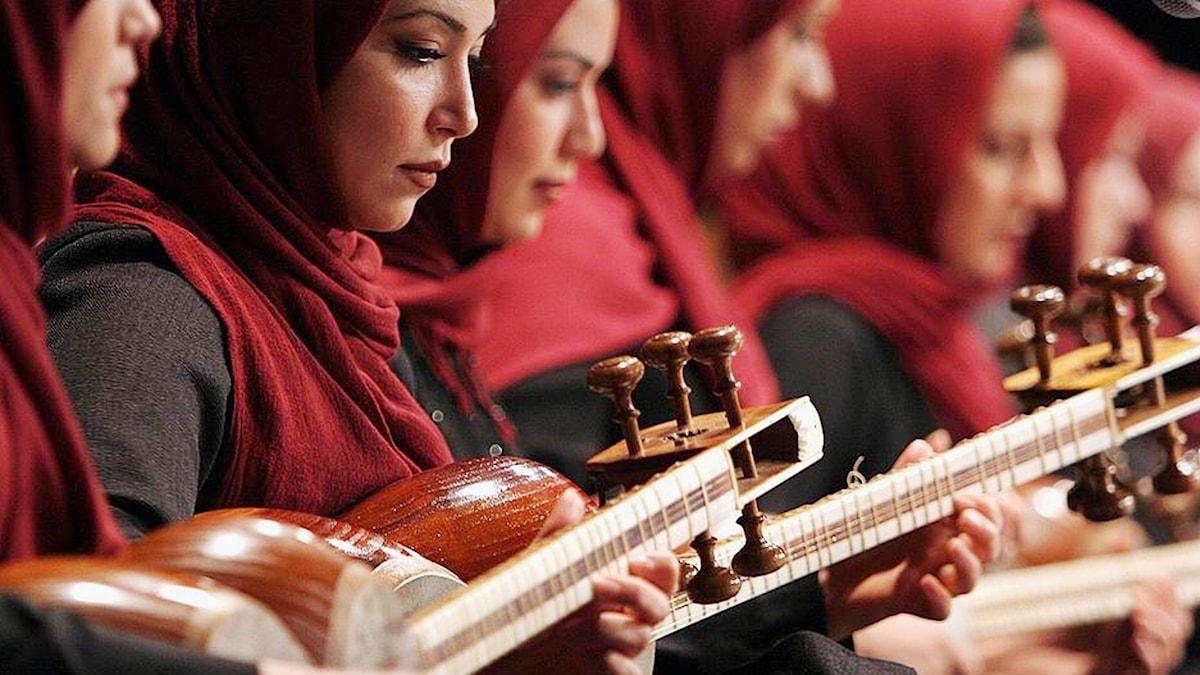Kvinnor i Irans nationella orkester musicerar 2006.