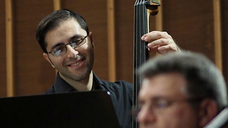 Raed Jazbeh, basist och grundare av Syrian Expat Philharmonic Orchestra.