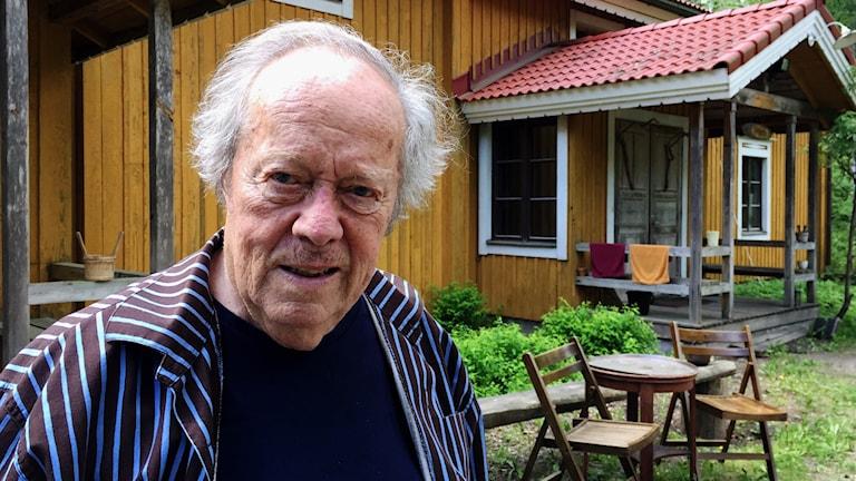 Maestro Jorma Panula utanför sitt hem i Kyrkslätt. Foto: Tuomas Ojala.