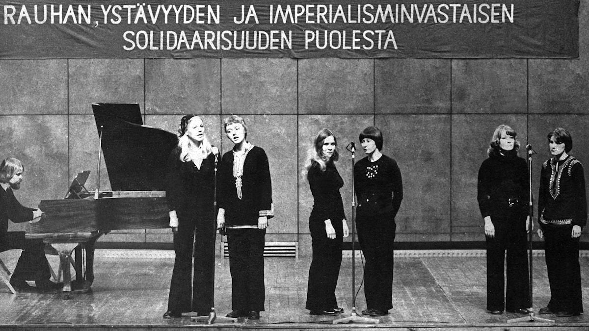 En sångtrupp för fred, vänskap, motstånd mot imperialism och för solidaritet 1970. Foto: Tiedonantaja / Kansan Arkisto i Finland.