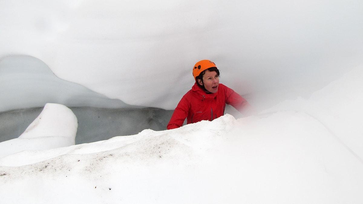 Tamara Handl dinglar i glaciärsprickan utan synlig botten. Foto: Magdalena Martinsson