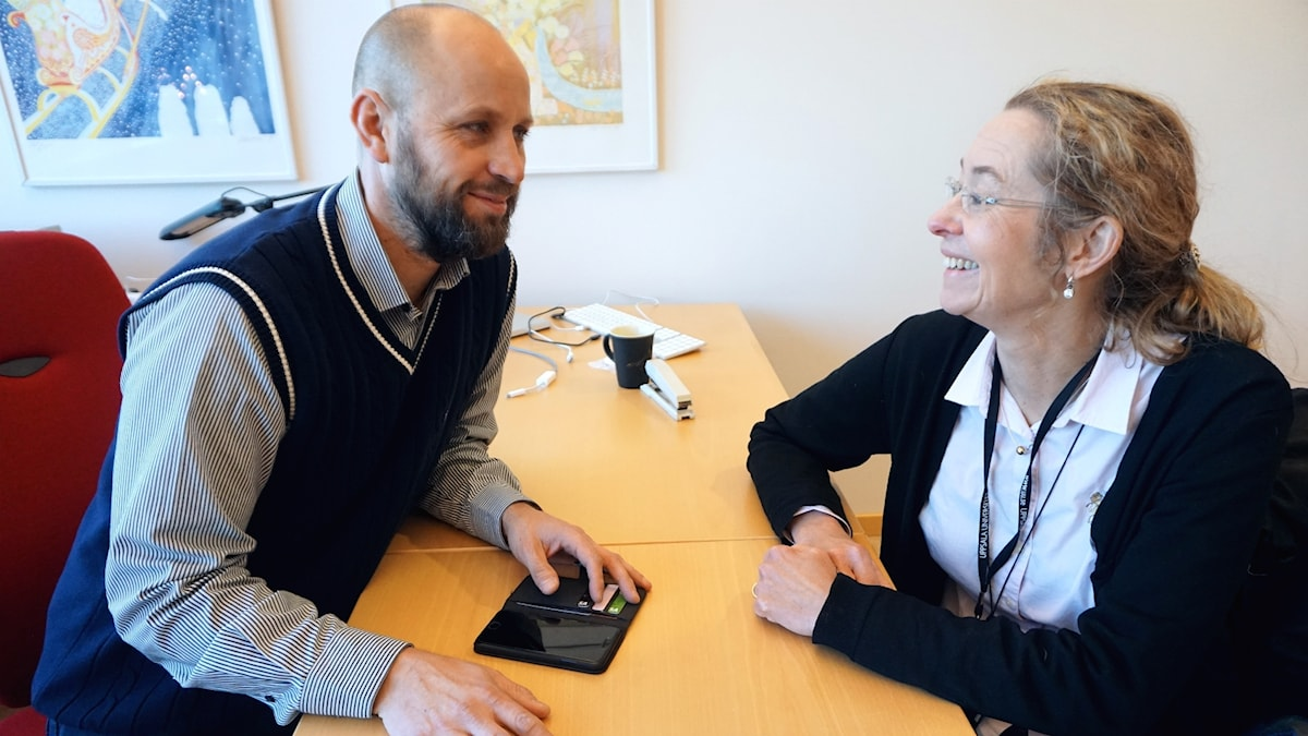 Håkan Engqvist och Susanne Norgren pratar vid ett bord