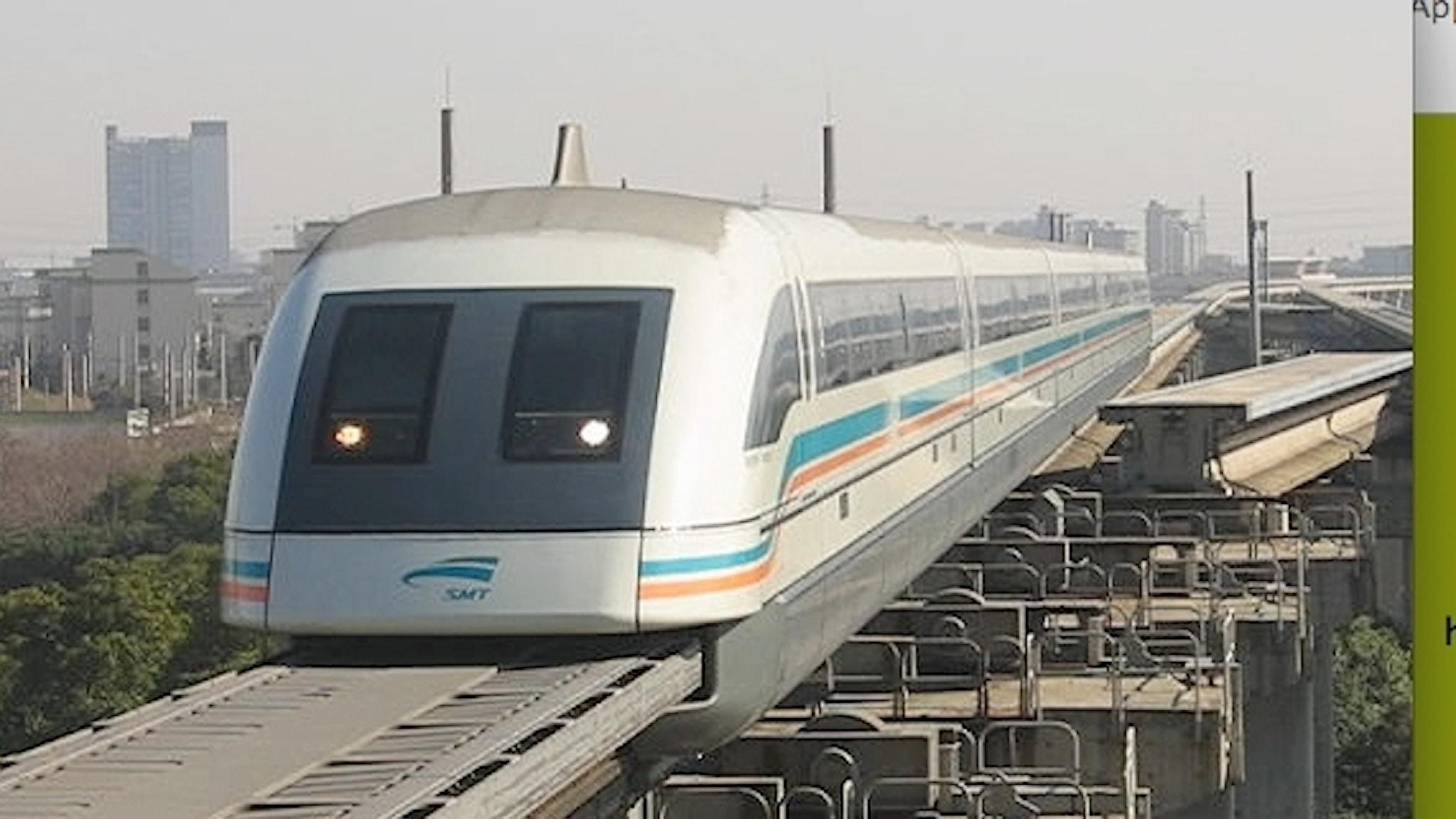 Maglevtåg som åker på en bred platt bana istället för räls