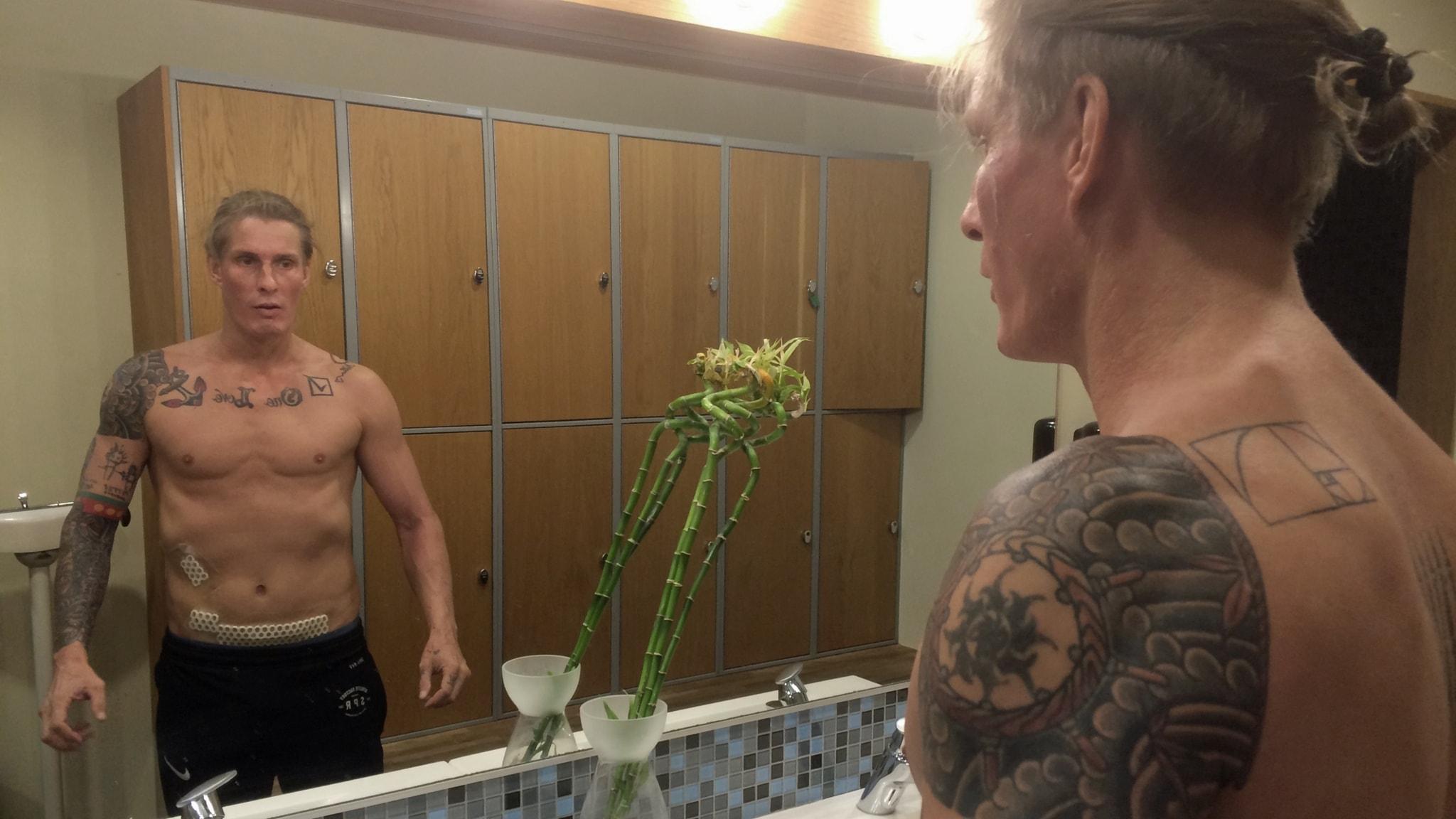 Nyopererad Kalle Ville Pelline i spegel
