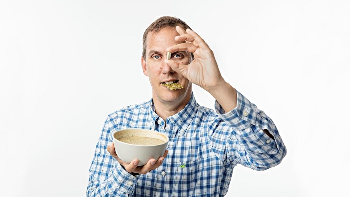 Johan Bergendorff håller upp en skål
