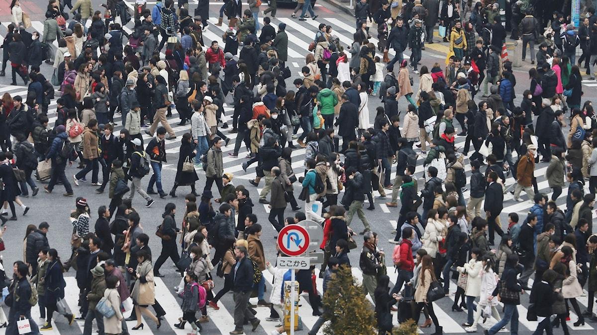 Hundratals människor i en av Tokyos största gatukorsningar